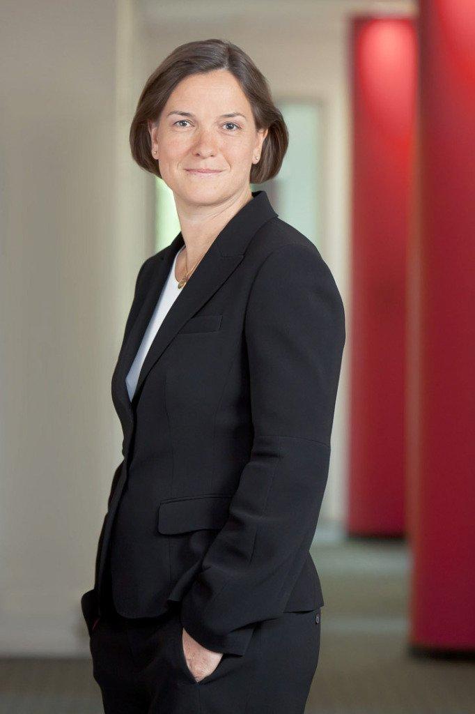Portrait von einer Anwältin der Berliner Finanzrechtskanzlei SSMA fotografiert mit Säulen in der Farbe des Corporate Designs