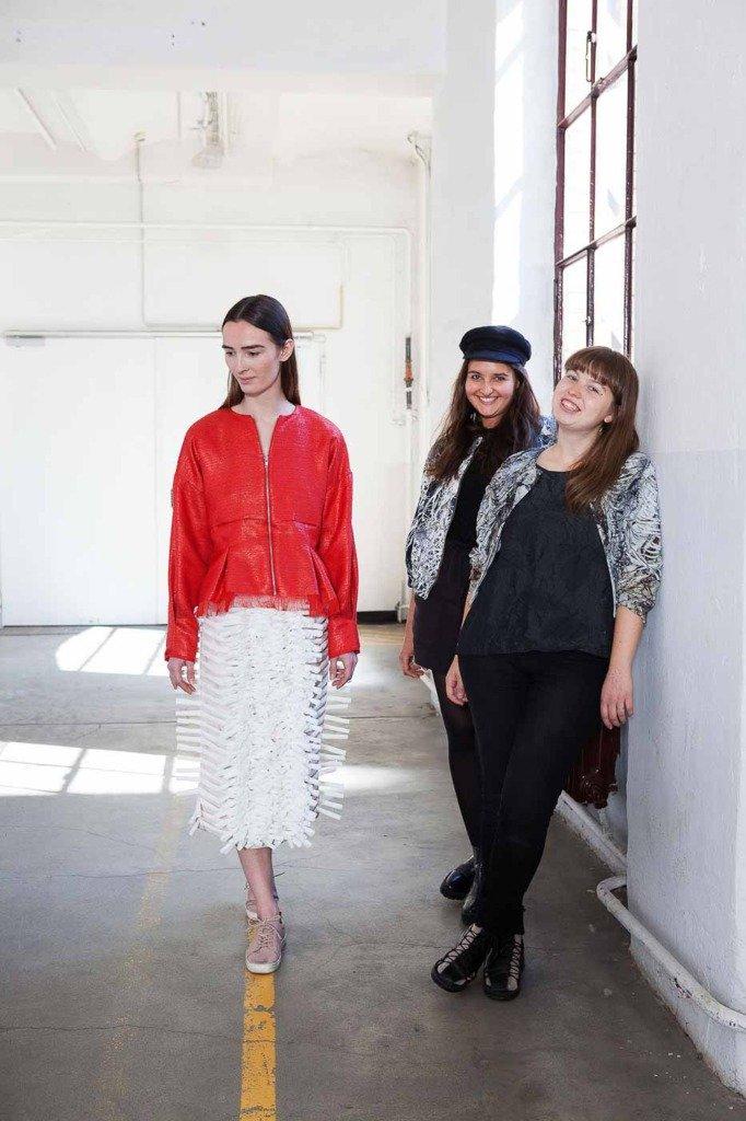 Für ein Portrait für WWD zeigen Caroline Rohner und Inna Stein Kollektionsstück an einem Model in ihrem Berliner Atelier