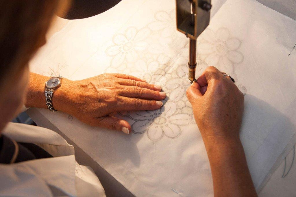 Madeira Stickerei Produktionsprozess, das Wachspapier wird entlang der Zeichnungslinien perforiert, Foto in Funchal, Madeira, Portugal, Bordal Textilfabrik