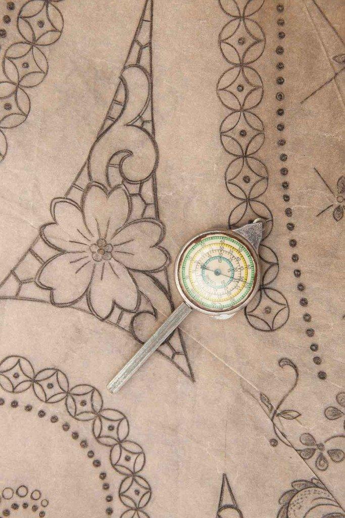 traditionelles Madeira-Stickmuster auf Wachspapier mit einem Punktzähler, Foto aufgenommen in Funchal, Madeira, Portugal, Bordal Textilfabrik