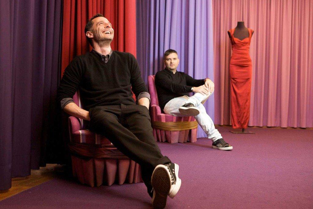 Doppelportrait des Mode-Duos Talbot runhof in ihrem Showroom in München