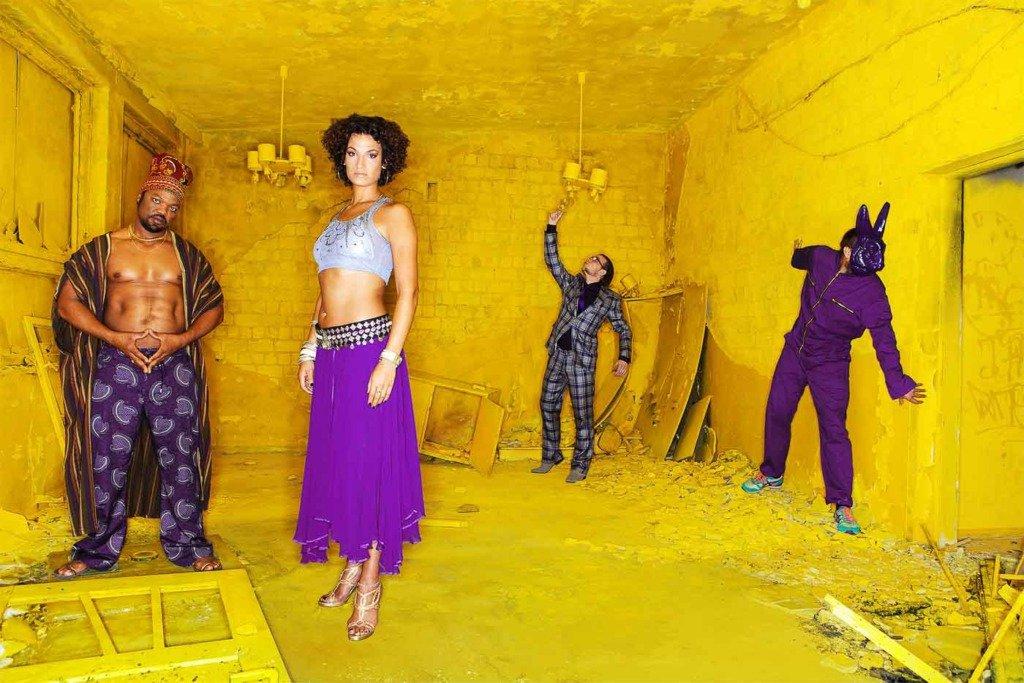 Bandfoto der Berliner Musikgruppe Tiger Hifi, in welchem die Vier in einem gelben Raum mit Ringblitz fotografiert wurden