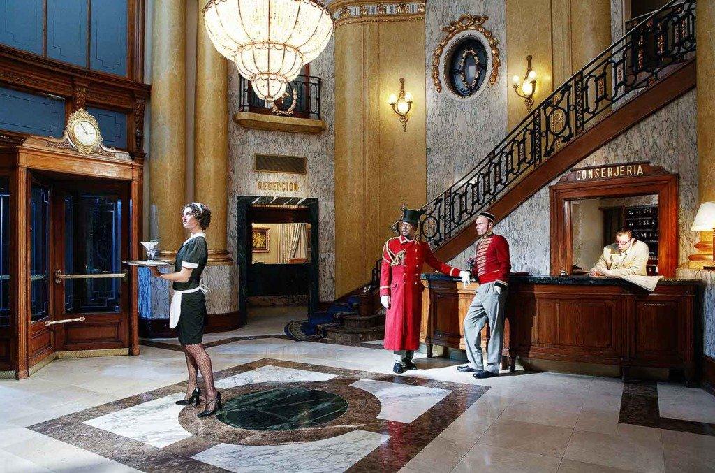 eine nächtliche Szene in der Lobby des Hotel Ritz in Barcelona, die von den Mitgliedern der Berliner Musikgruppe Tiger Hifi gespielt wird.
