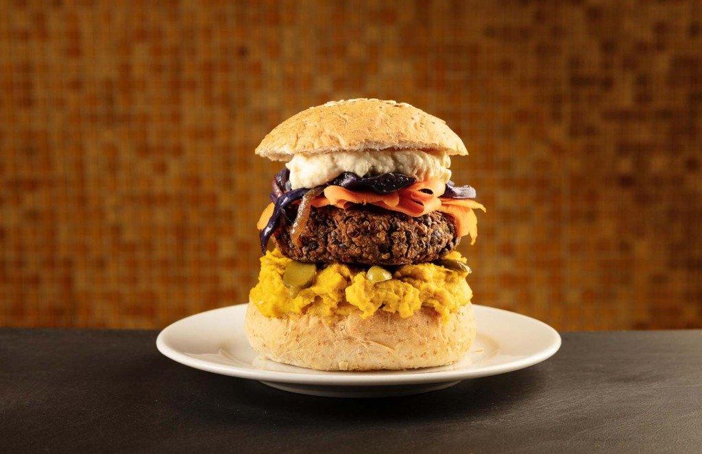 food-still eines vegetarischen Burgers auf einem Teller