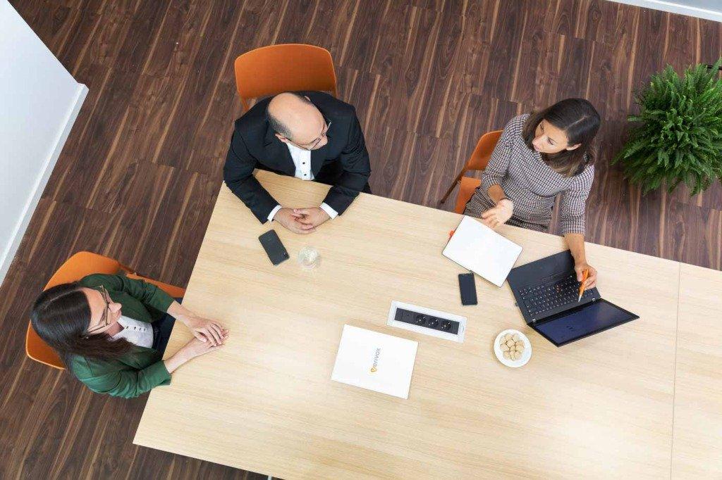 Vogelperspektive auf eine Besprechnung von drei PR-Experten der Kommunikationsabteilung der Firma Verivox