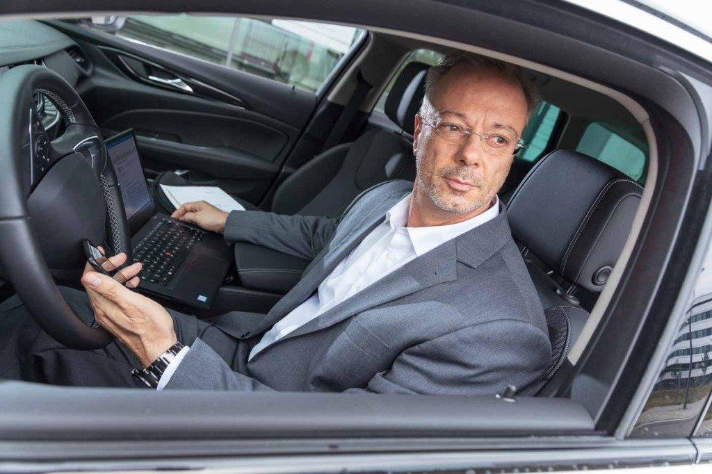 Ein Key Account Manager von Verivox bereitet in seinem Dienstwagen einen Kundenbesuch vor