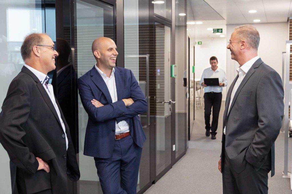 Drei Vertriebler des Heidelberger Unternehmens Verivox unterhalten sich im Anschluss an ein Meeting