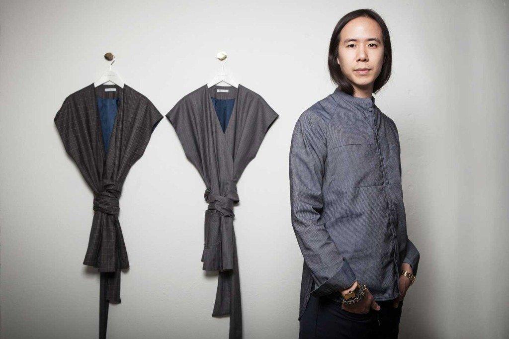 Der deutsche Modedesigner William Fan präsentiert zwei Kollektionsstück in seiner Boutique in Berlin Mitte