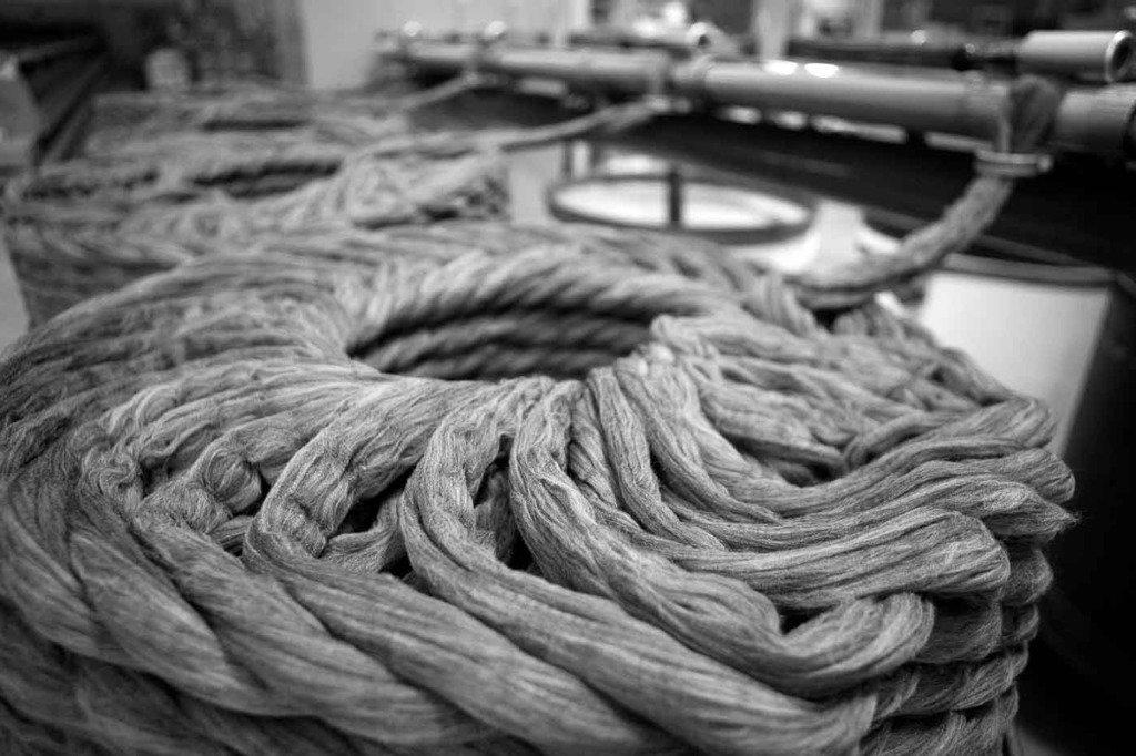 Wolle als Rohstoff für die Herstellung von Anzügen in einer Fabrik in Sabadell, Spanien