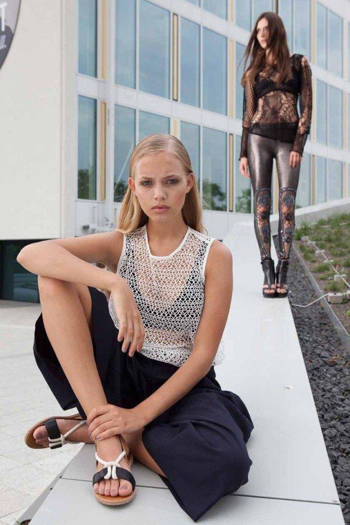 Foto von zwei weiblichen Fashion-Models im Bikini Berlin. Veröffentlichung in Women's Wear Daily