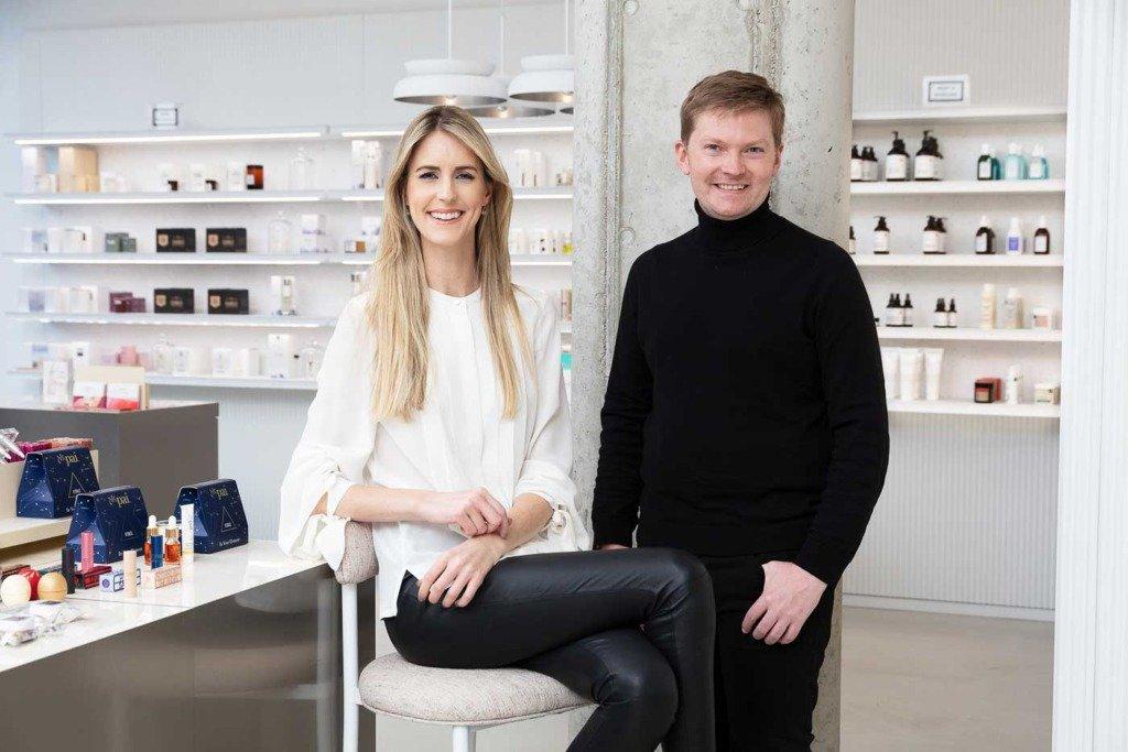 Zwei Zalando-Manager posieren im Beauty-Studio von Zalando mit Kosmetikprodukten