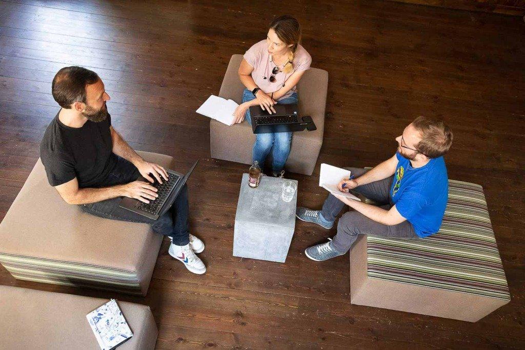 Dokumentarische Aufnahme einer Besprechnung von PR-Fachleuten während eines Meetings. Aus einer Fotoserie über die Arbeit der PR-Agentur Zucker.Kommunikation