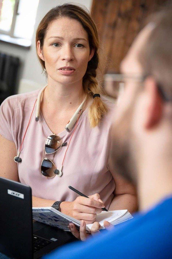Dokumentarische Aufnahme einer Besprechnung von zwei PR-Fachleuten während eines Meetings. Aus einer Fotoserie über die Arbeit der PR-Agentur Zucker.Kommunikation