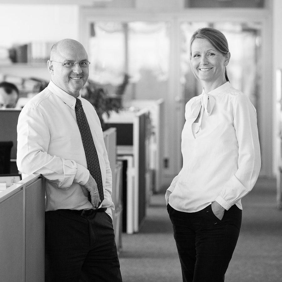 Doppelportrait von zwei Mitarbeitern der Ingenieurs-Gesellschaft Arup in dessen Berliner Geschäftsräumen