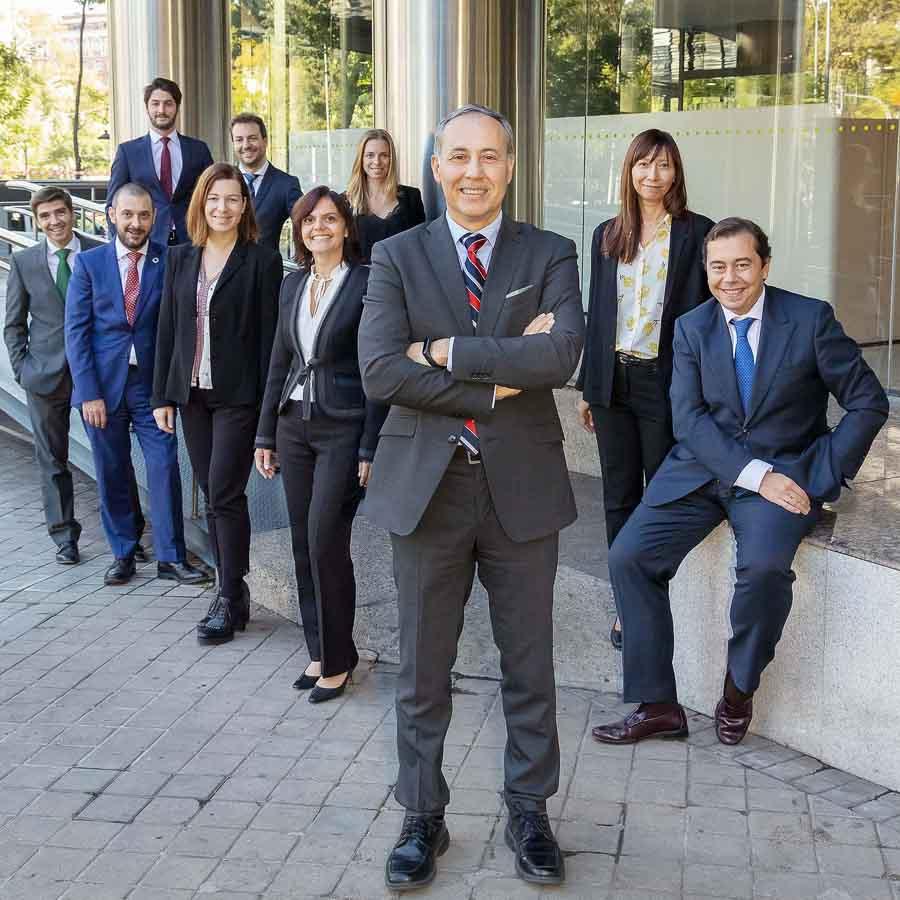 Teamfoto von Fondmanagern von Caixabank Asset Management vor ihrem Madrilenischem Firmensitz