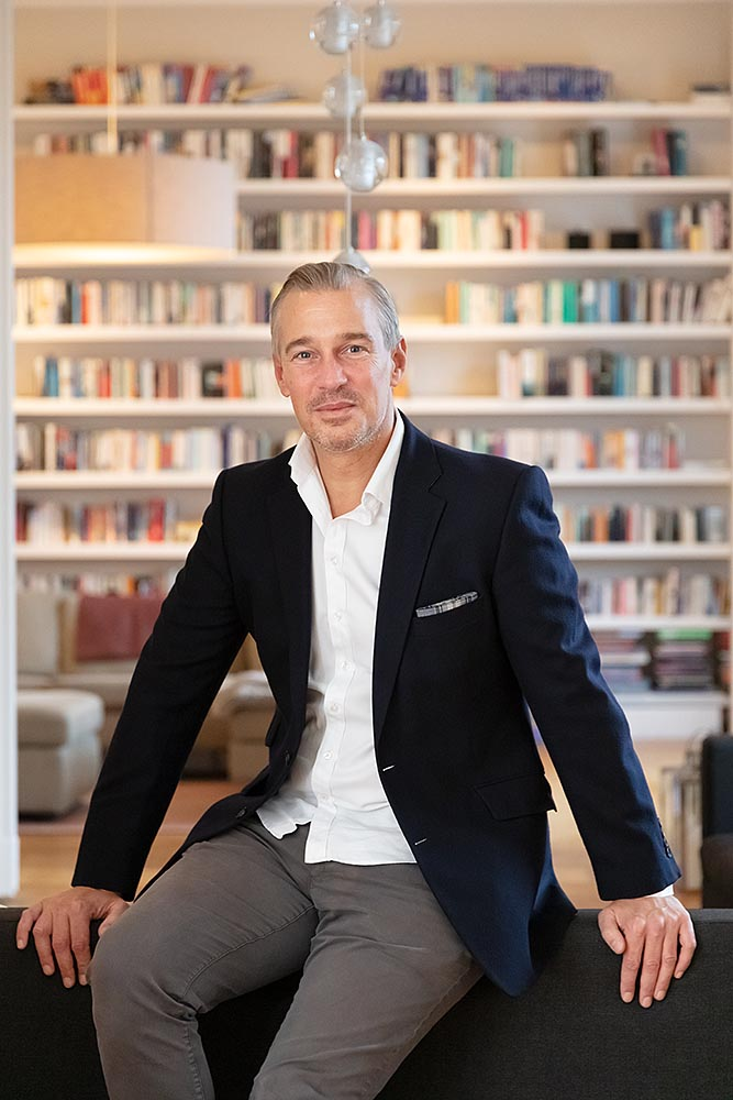 Finanzinvestor Christian Schneider Sickert sitzt in seiner Berliner Wohnung. Homestory für Citywire Deutschland