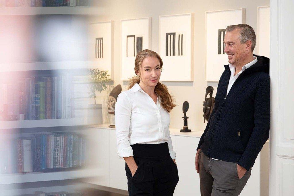 Finanzinvestor Christian Schneider Sickert steht mit seiner Ehefrau vor Objekten seiner Kunstsammlung in Berlin. Homestory für Citywire Deutschland
